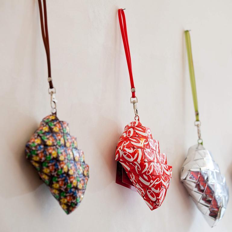 Taschen aus Getränkedosen gibt es in Flingern. Foto: José Luis Martinez