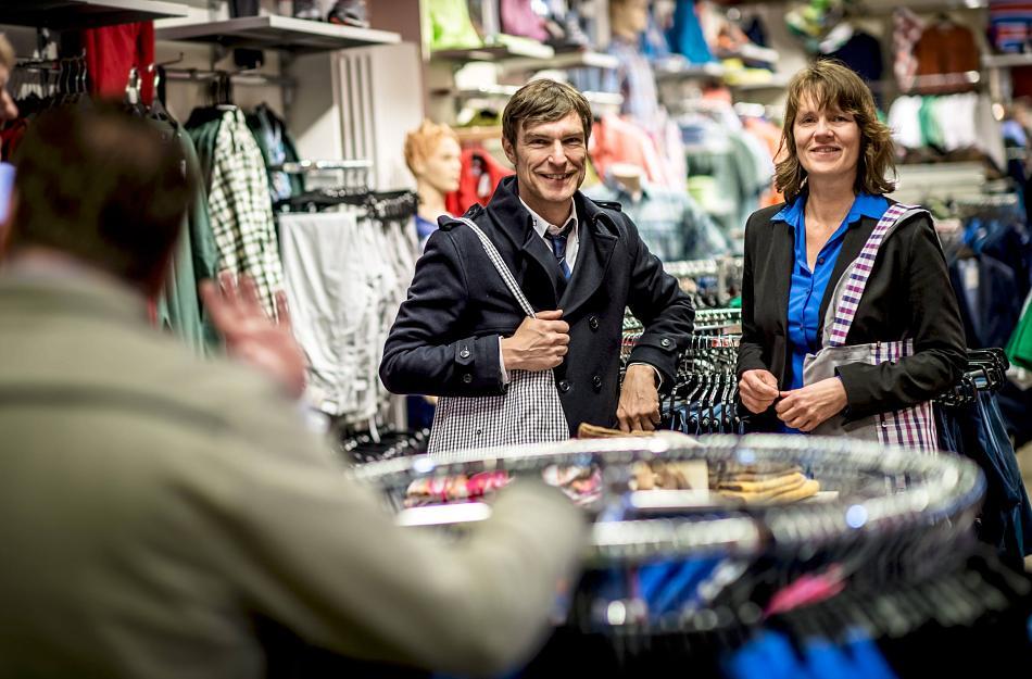 """Diakonie-Vorstand Thorsten Nolting und Britta Zweigner präsentieren im Fairhaus die neuen """"Hemdtaschen"""". FOTO: Andreas Endermann"""